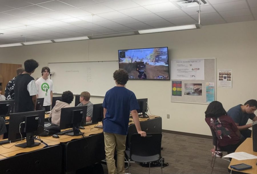 Esports+students+work+on+assignments+while+they+participate+in+a+videogame+tutorial.